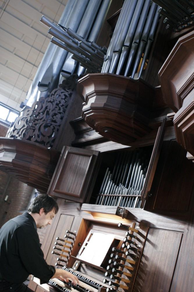 Portrait an der Becker-Orgel